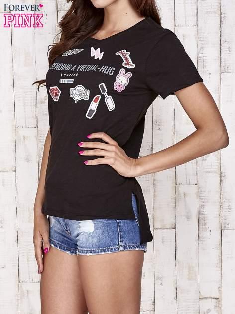 Czarny t-shirt z kolorowymi naszywkami i napisem                                  zdj.                                  3