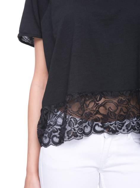 Czarny t-shirt z koronkowym dołem                                  zdj.                                  5