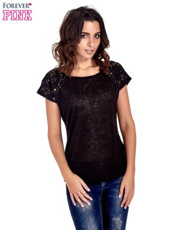 Czarny t-shirt z koronkowymi rękawami i gwiazdkami