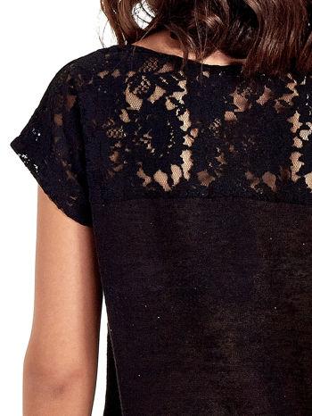 Czarny t-shirt z koronkowymi rękawami i gwiazdkami                                  zdj.                                  6