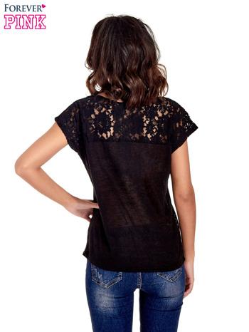 Czarny t-shirt z koronkowymi rękawami i gwiazdkami                                  zdj.                                  4