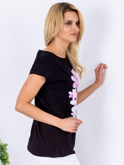Czarny t-shirt z kwiatowym motywem                              zdj.                              3