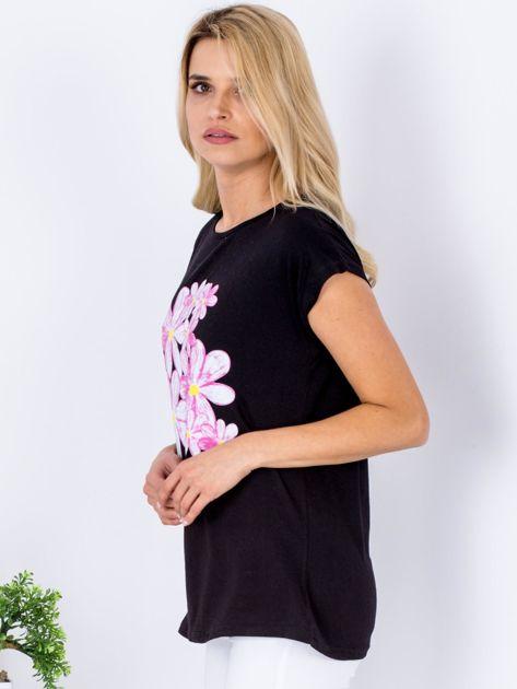 Czarny t-shirt z kwiatowym motywem                              zdj.                              5
