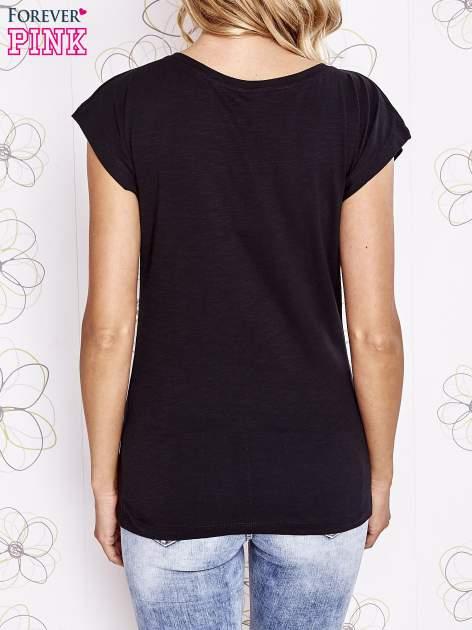 Czarny t-shirt z motywem gwiazdy i dżetami                                  zdj.                                  4