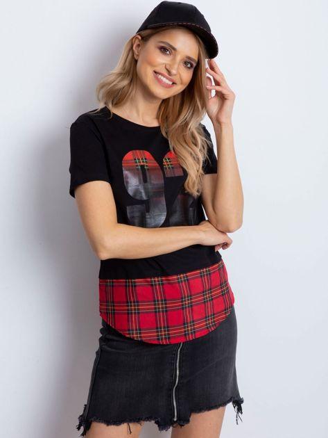 Czarny t-shirt z motywem kratki                              zdj.                              1
