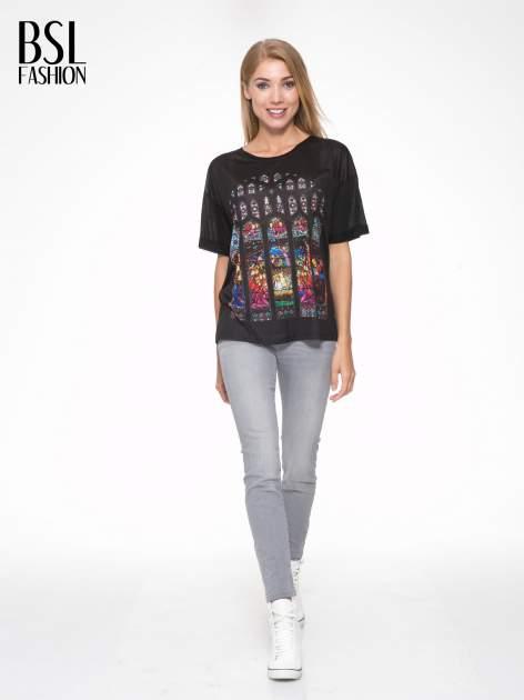 Czarny t-shirt z motywem religijnym                                  zdj.                                  5
