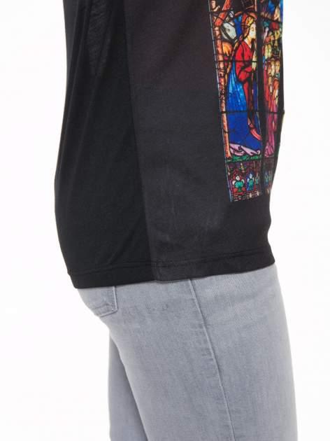 Czarny t-shirt z motywem religijnym                                  zdj.                                  7