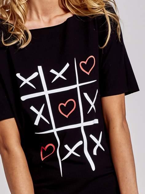 Czarny t-shirt z motywem serce i krzyżyk                                  zdj.                                  5