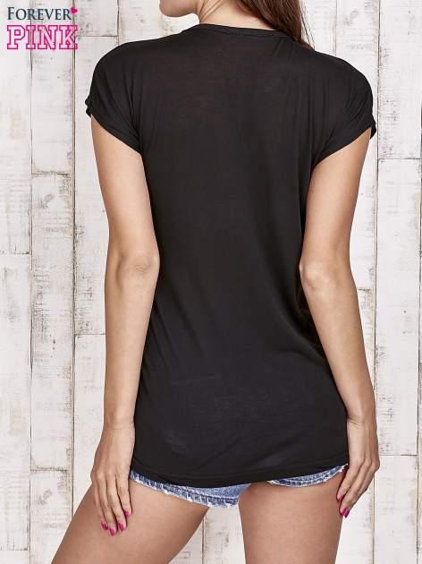 Czarny t-shirt z nadrukami                                  zdj.                                  4