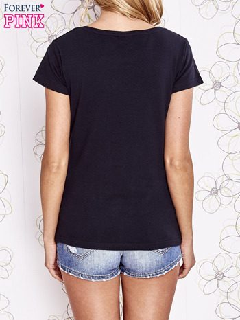 Czarny t-shirt z nadrukiem Audrey Hepburn                                  zdj.                                  4