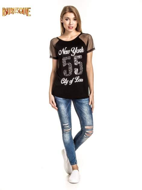 Czarny t-shirt z nadrukiem NEW YORK 55 i siatkowymi rękawami                                  zdj.                                  6
