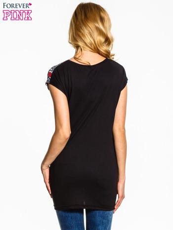 Czarny t-shirt z nadrukiem czerwonych kwiatów                                  zdj.                                  2