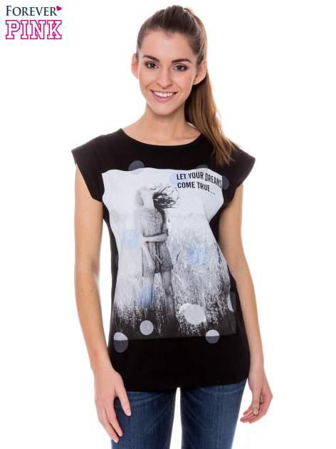 Czarny t-shirt z nadrukiem dziewczyny                                  zdj.                                  1