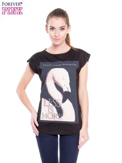 Czarny t-shirt z nadrukiem flaminga i napisem LESS IS MORE