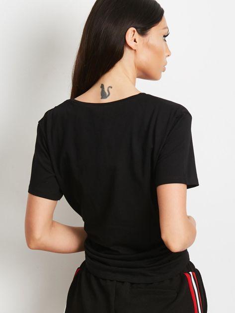 Czarny t-shirt z nadrukiem i aplikacją                              zdj.                              3