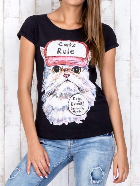 Czarny t-shirt z nadrukiem kota i napisem CATS RULE