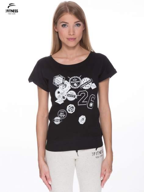 Czarny t-shirt z nadrukiem naszywek                                  zdj.                                  1