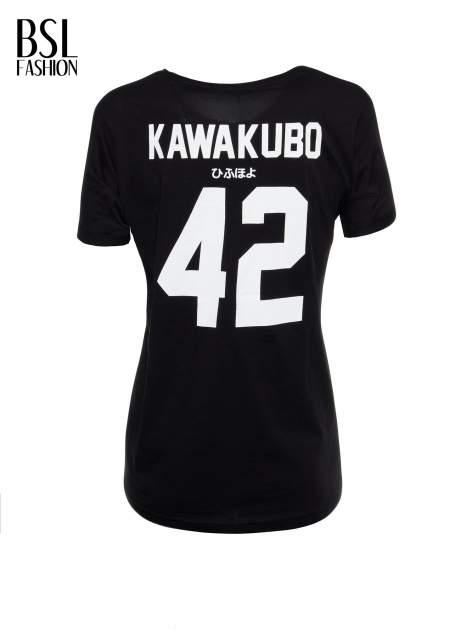 Czarny t-shirt z nadrukiem numerycznym KAWAKUBO 42 z tyłu                                   zdj.                                  3