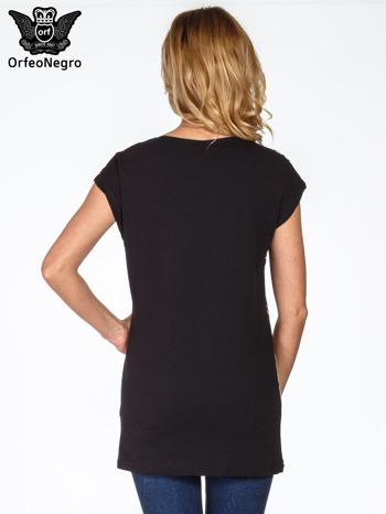 Czarny t-shirt z nadrukiem patchworkowym                                  zdj.                                  4