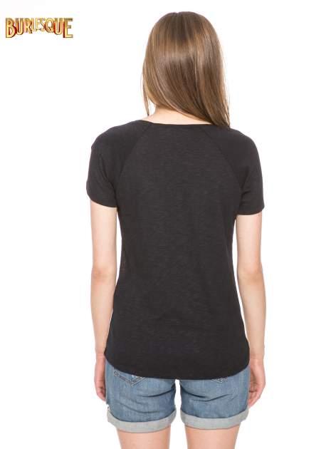 Czarny t-shirt z nadrukiem pejzażu i napisem EXQUISTE z dżetami                                  zdj.                                  4