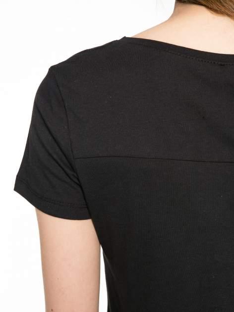 Czarny t-shirt z nadrukiem stokrotki z dżetami                                  zdj.                                  9
