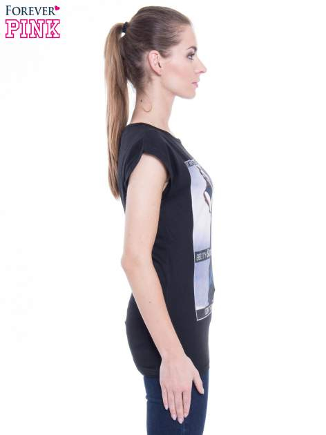 Czarny t-shirt z nadrukiem w stylu high fashion                                  zdj.                                  2
