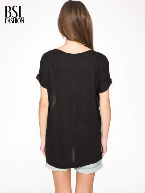 Czarny t-shirt z nadrukiem wilka i wydłużanym tyłem                                  zdj.                                  4