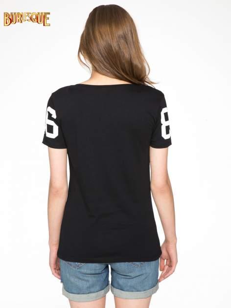 Czarny t-shirt z nadrukiem z cekinami                                  zdj.                                  4