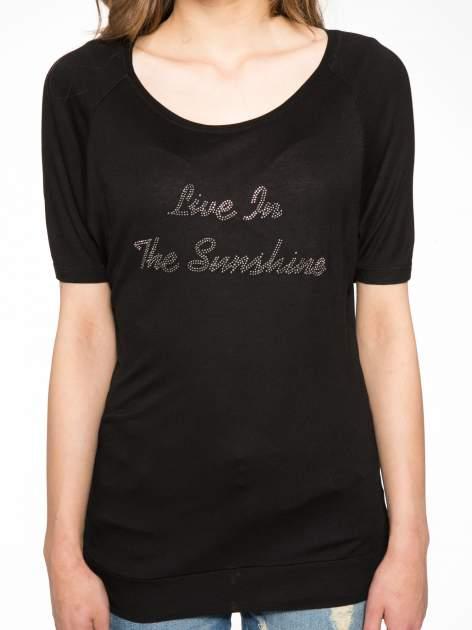 Czarny t-shirt z napisem LIVE IN THE SUNSHINE z dżetów                                  zdj.                                  7