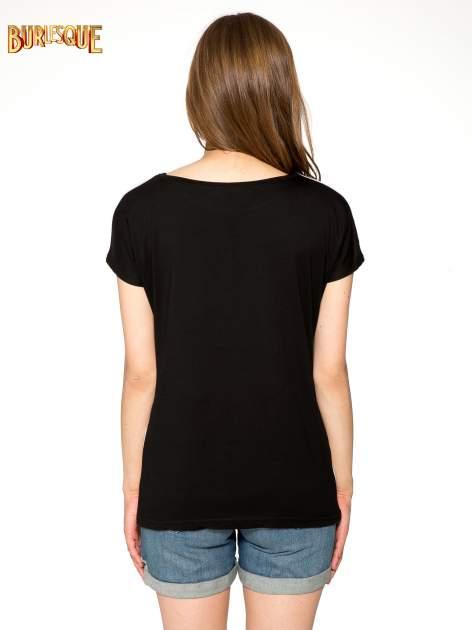 Czarny t-shirt z napisem MAD i kwiatowym nadrukiem                                  zdj.                                  4