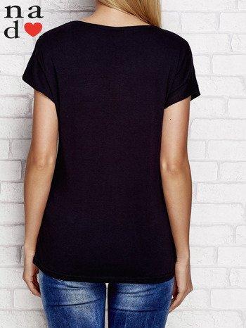 Czarny t-shirt z napisem PIĘKNA MŁODA NIEWYSPANA