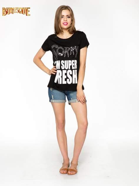 Czarny t-shirt z napisem SORRY I'M SUPER FRESH z dżetami                                  zdj.                                  2