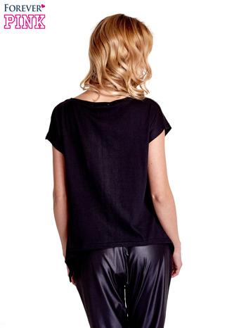 Czarny t-shirt z napisem WASZA WYSOKOŚĆ                                  zdj.                                  4