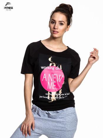 Czarny t-shirt z napisem WORKING ON A NEW ME                                  zdj.                                  1