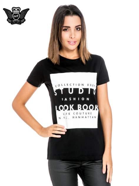 Czarny t-shirt z napisem w stylu fashion