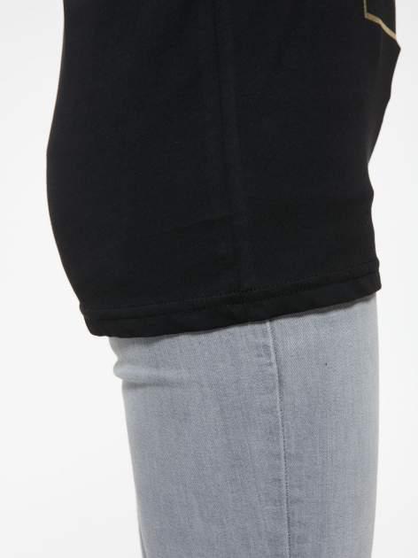 Czarny t-shirt z nazwami stolic mody                                  zdj.                                  9