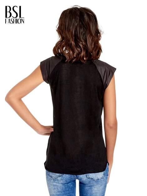 Czarny t-shirt z numerkiem i skórzanymi rękawami                                  zdj.                                  4