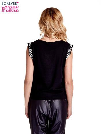 Czarny t-shirt z ornamentem na rękawach                                  zdj.                                  4