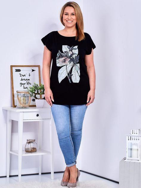Czarny t-shirt z roślinnym motywem PLUS SIZE                              zdj.                              4