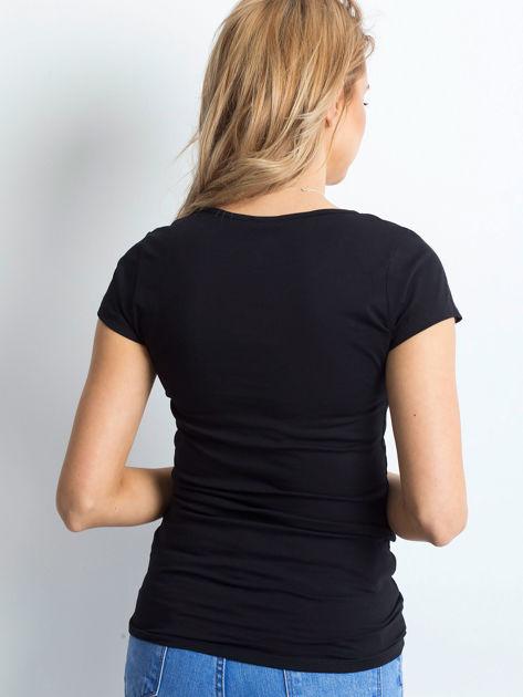 Czarny t-shirt z rozcięciami i aplikacją                              zdj.                              2