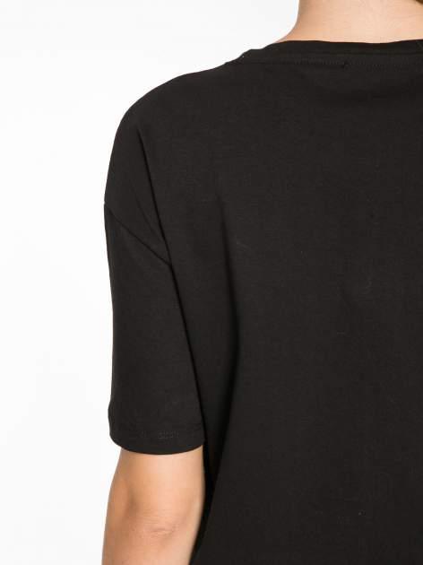 Czarny t-shirt z tekstowym nadrukiem i znakami chińskimi                                  zdj.                                  12