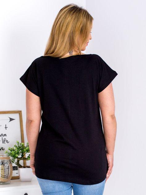 Czarny t-shirt z żonkilami PLUS SIZE                              zdj.                              2