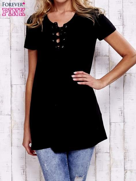 Czarny t-shirt ze sznurowanym dekoltem lace up                                  zdj.                                  1