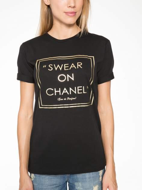 Czarny t-shirt ze złotym napisem SWEAR ON CHANEL                                  zdj.                                  8