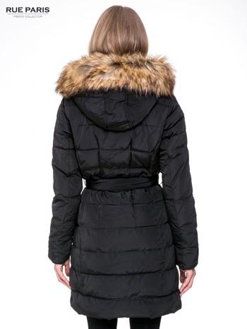 Czarny taliowany płaszcz puchowy z kapturem z futerkiem                                  zdj.                                  4