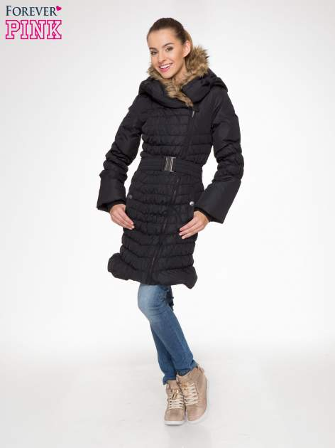 Czarny taliowany puchowy płaszcz z futrzanym kapturo-kołnierzem                                  zdj.                                  2