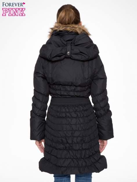 Czarny taliowany puchowy płaszcz z futrzanym kapturo-kołnierzem                                  zdj.                                  4
