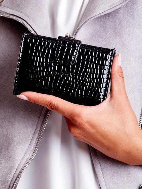 Czarny tłoczony portfel z klapką