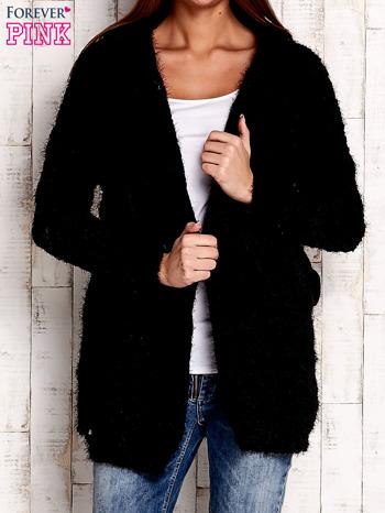 Czarny włochaty sweter z kapturem                                  zdj.                                  1