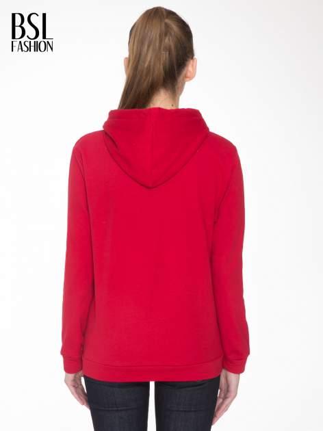 Czerwona bluza kangur z kapturem i nadrukiem FÉLINE MEOW                                  zdj.                                  4